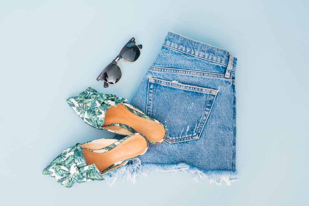 perfect summer travel essentials for a city trip, summer outfit