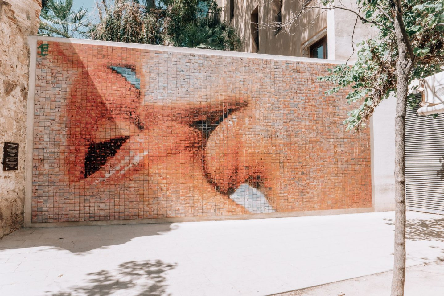 kiss of freedom, guide to barcelona, city trip, travel, wall, photos