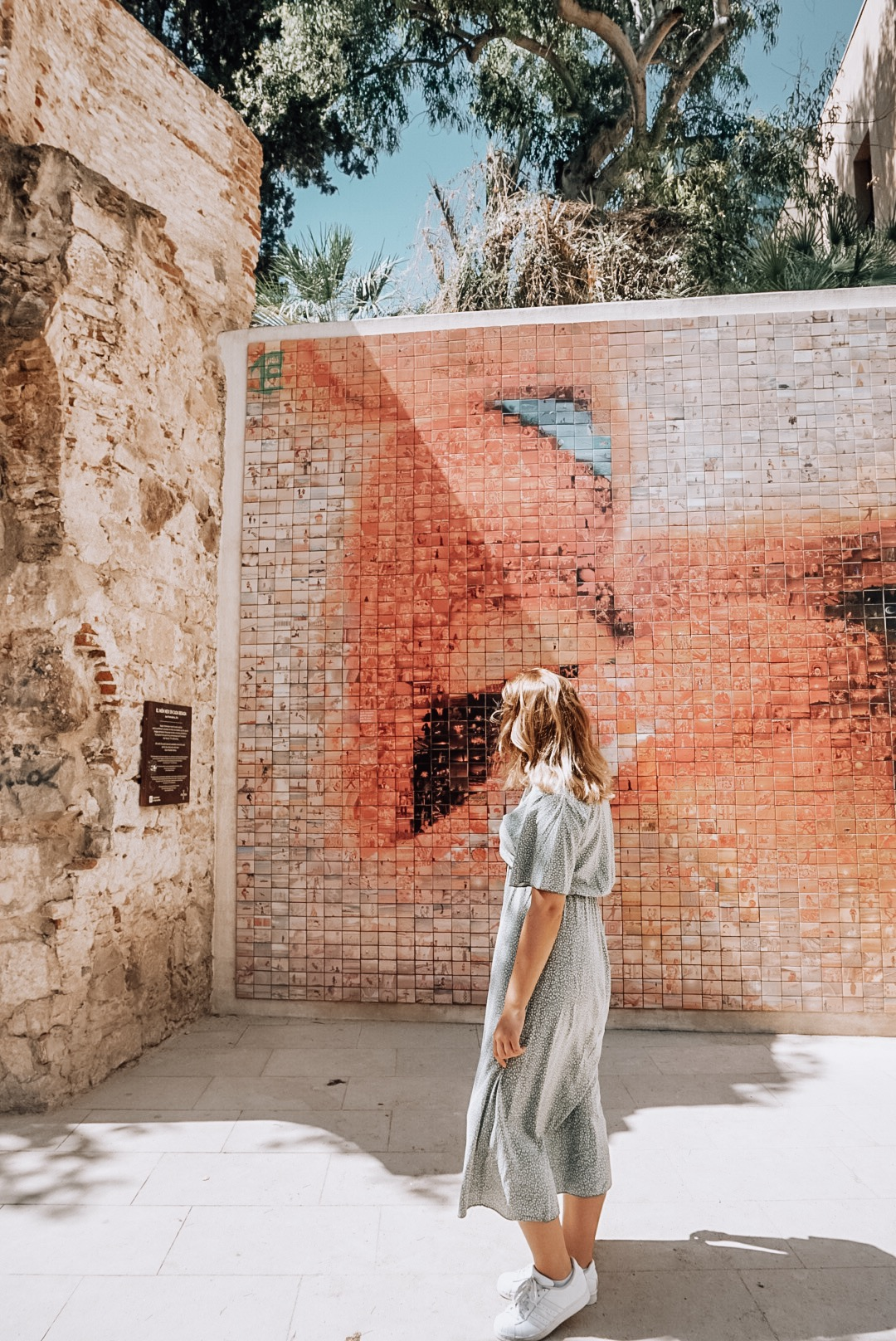 the kiss of freedom, instagram, picture, barcelona, wall in barcelona