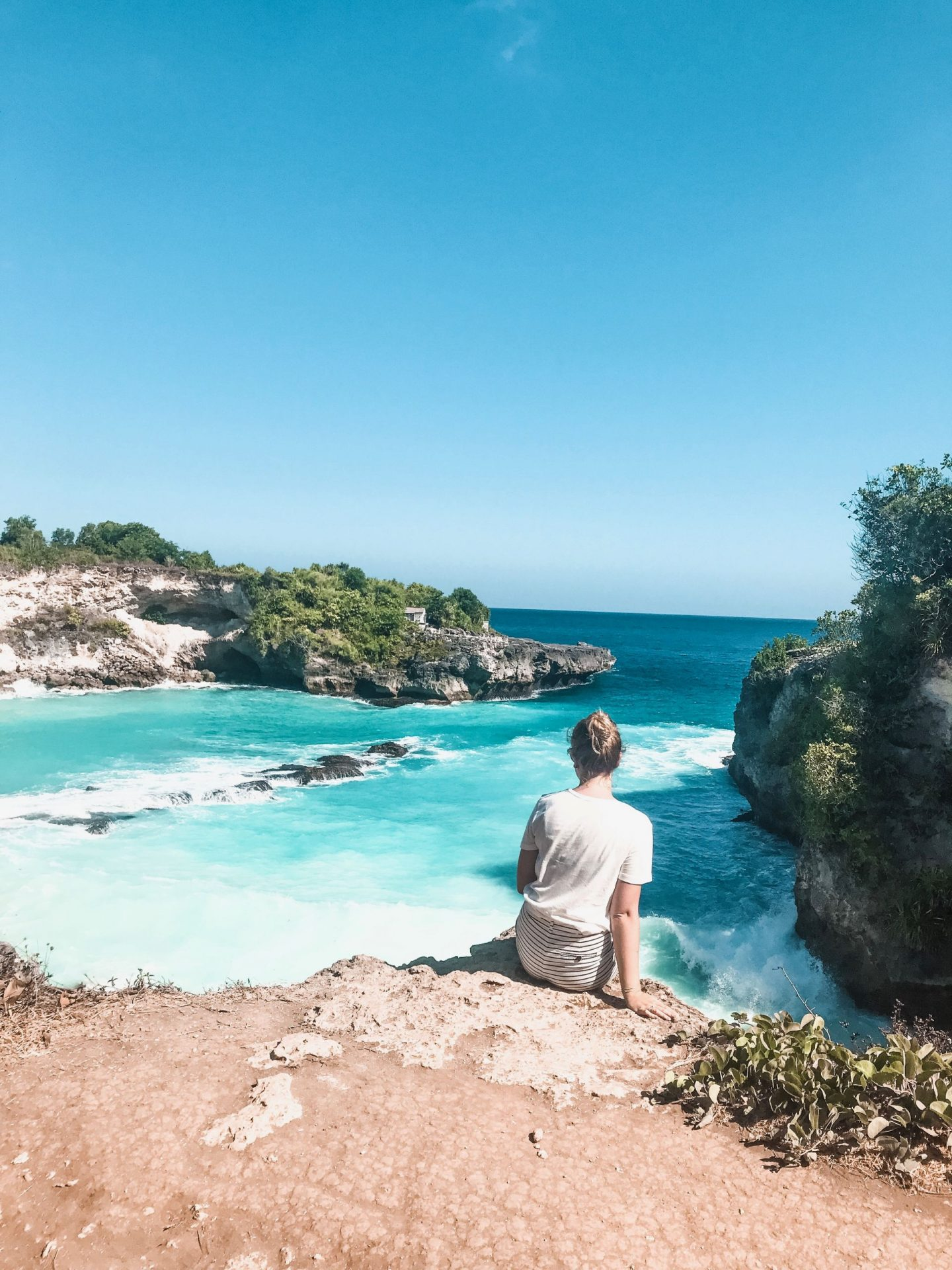 the blue lagoon on nusa ceningan, crystal blue water view from the cliff, the most instagrammable places in bali, where to take pictures in bali, photography in bali