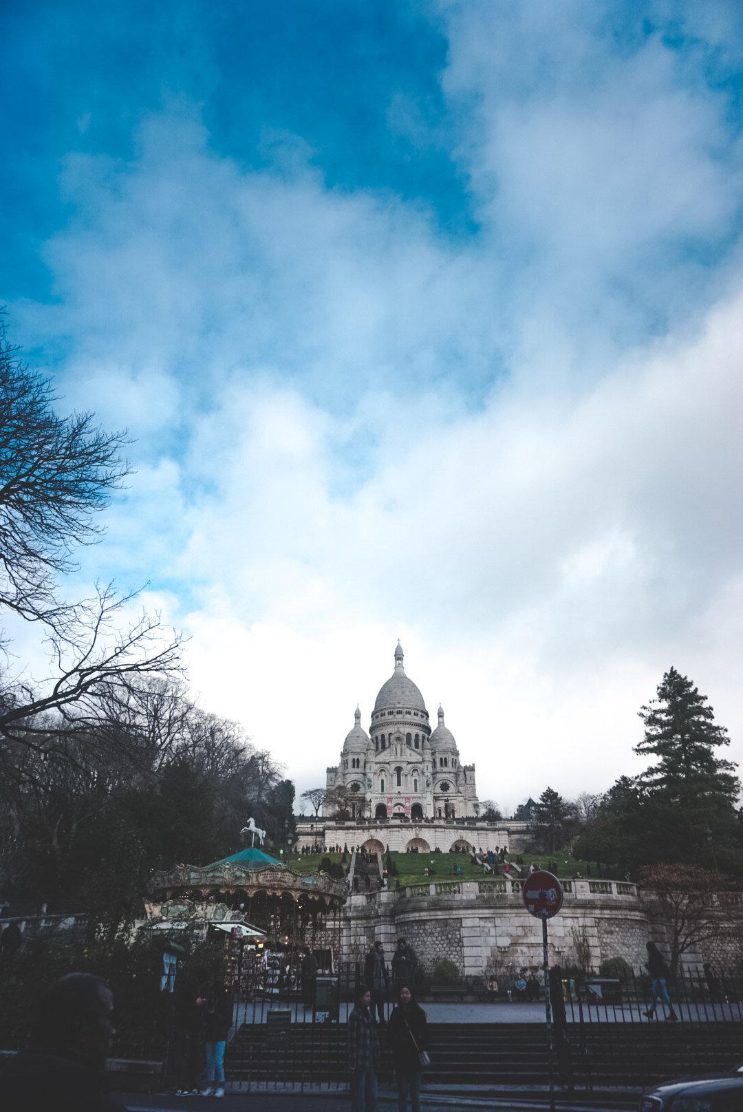 the sacre coeur in paris, view over the hill in montmartre, paris guide, montmartre guide, where to stay in montmare