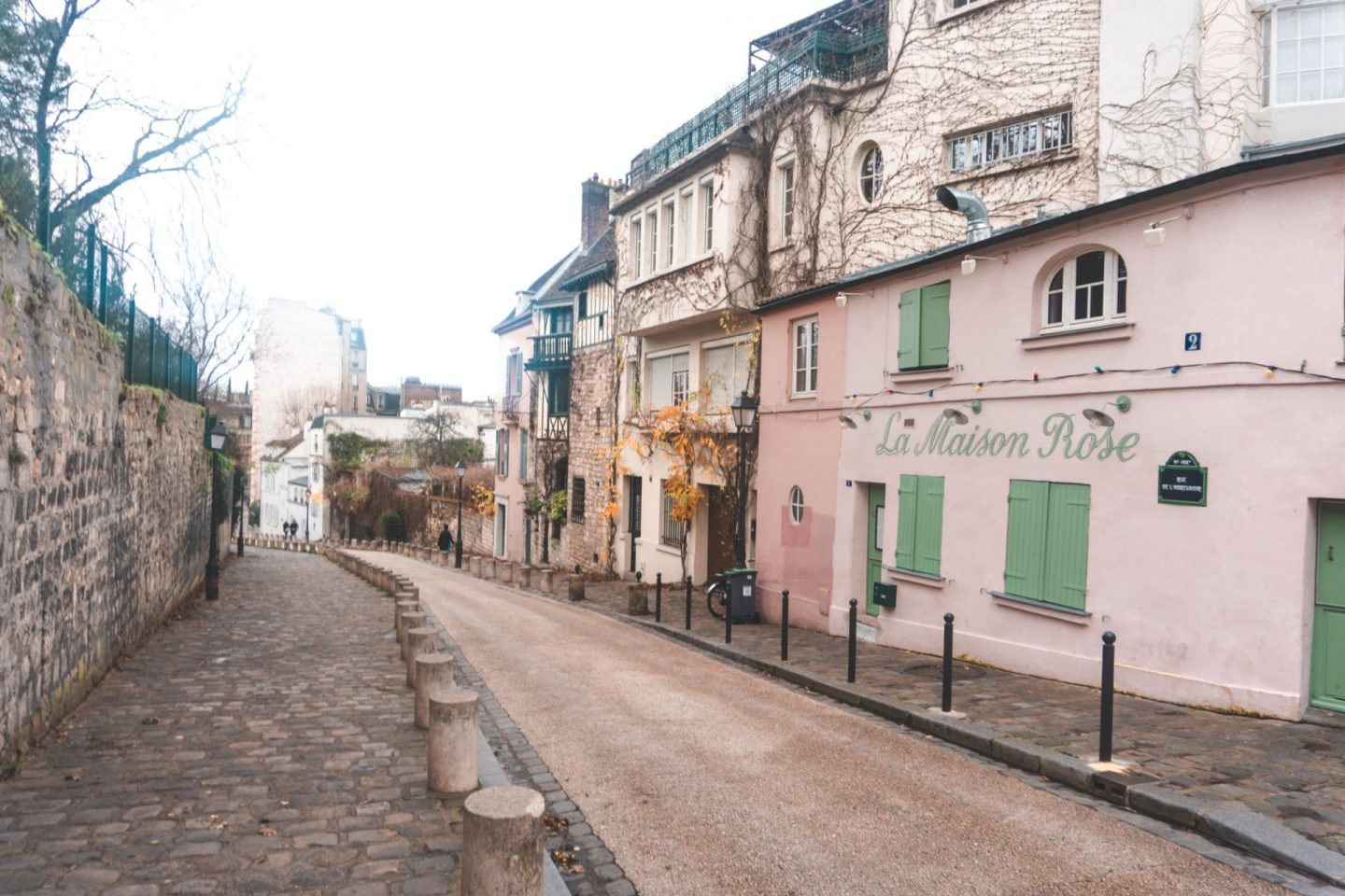 street in montmartre with cute houses, instagram spot in paris, montmartre and paris guide, pink house in paris