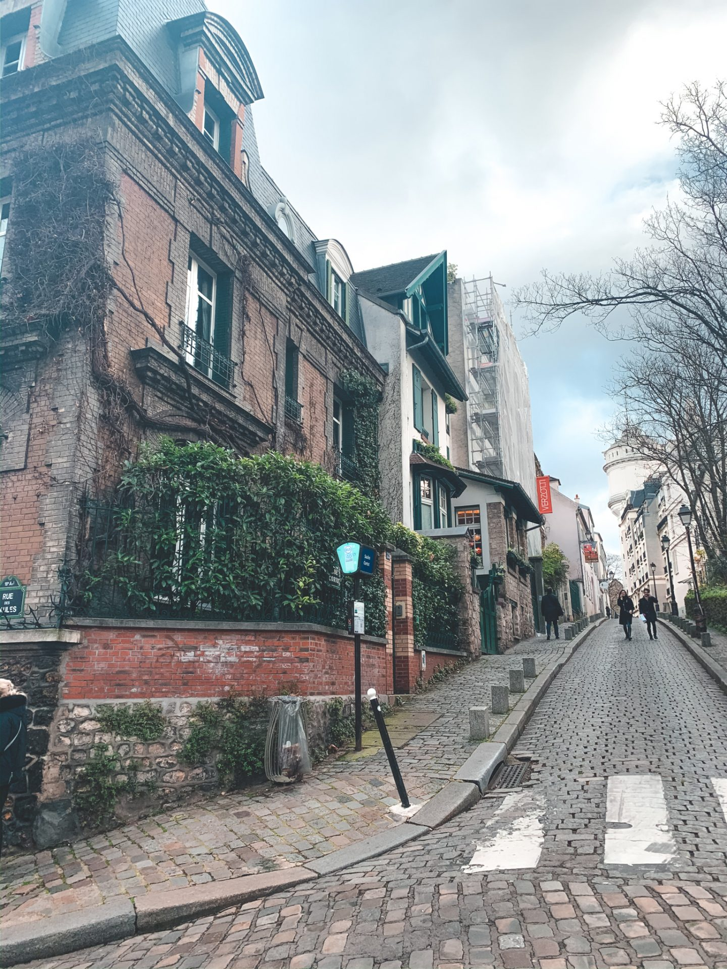 street in montmartre with cute houses, instagram spot in paris, montmartre and paris guide