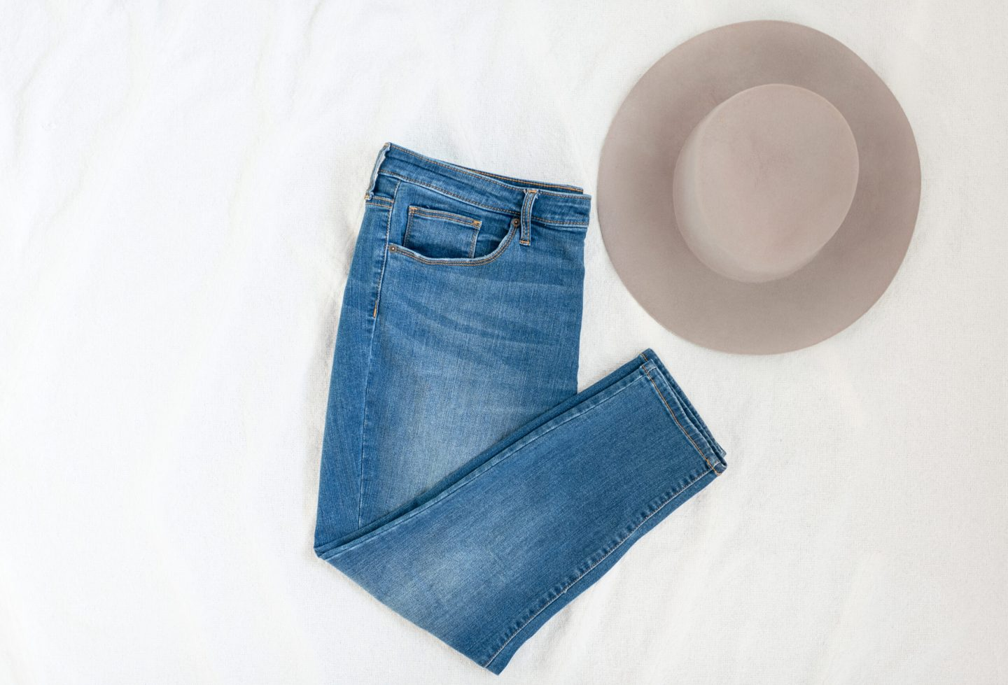 minimal fashion, brown/taupe hat, blue jeans, outfit details, vintage shopping