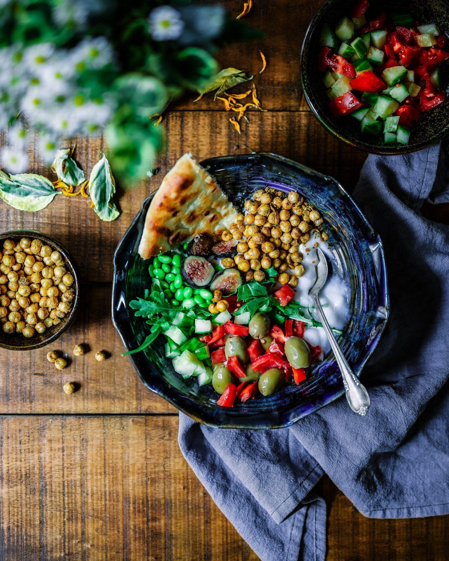 vegetarian or vegan meal with bread, lots of veggies, tips for vegan and vegetarian travellers