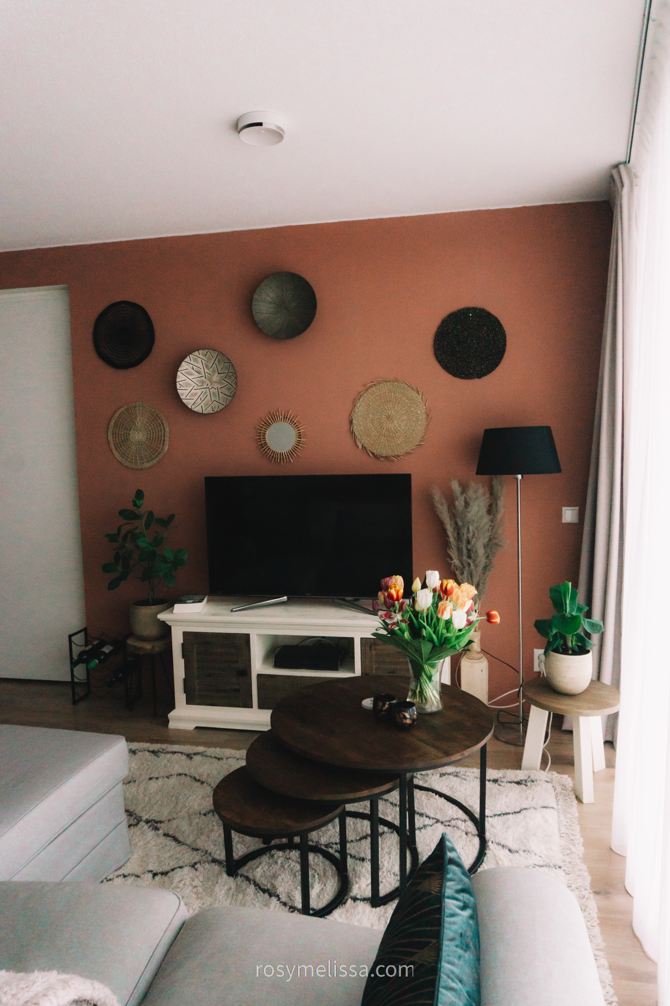 relax area living room, orange pink wall, bohemian rug